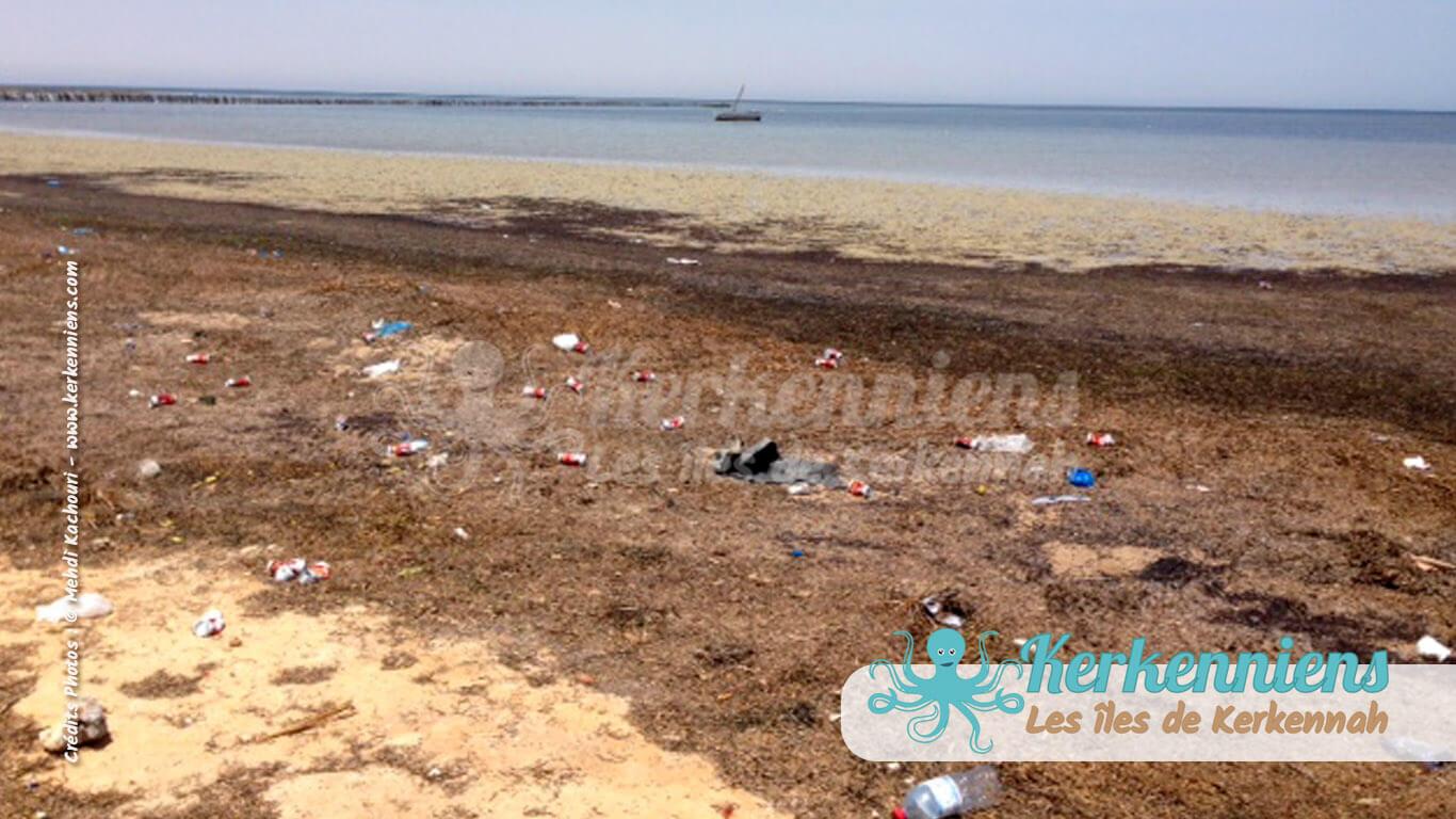 Plage éternelle souillée par le siècle du plastique Kerkennah (Tunisie)