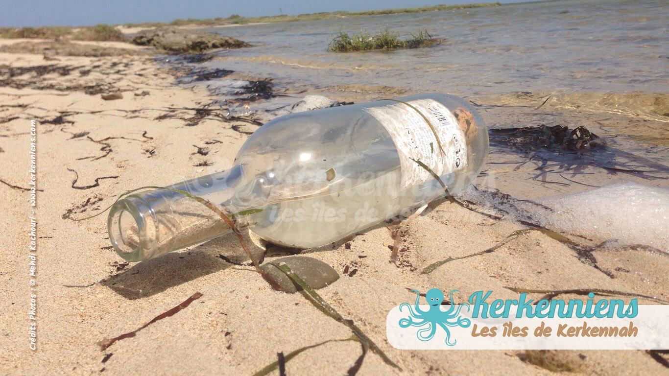 Une bouteille échouée sur la côte de l'îlot vierge de Grimdi - Archipel de Kerkennah (Tunisie)