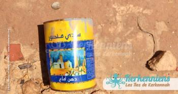 Pot de peinture sur le sable de la baie, joli jaune qui jure... Kerkennah (Tunisie)