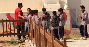École primaire de Ouled Yaneg distribution de sandwich dans la cour de l'école