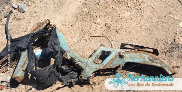 Carcasse de mobilette à l'abandon dans la sebkha propreté vue par Kerkennah