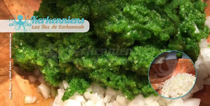 Mélanger le beurre de piments et coriandre fraiche aux oignons recette de cuisine