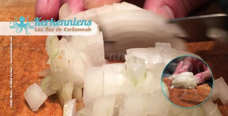 Oignons hachés finement pour mélanger avec le beurre de piment et coriandre recette cuisine