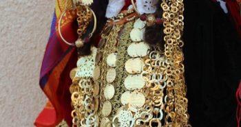 Vêtements et bijoux traditionnels en détail