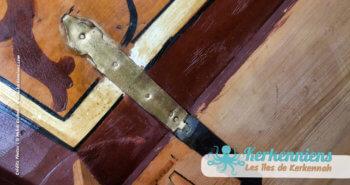 Gros plan sur la charnière du coffre, coffre en bois ancien, Sandouk