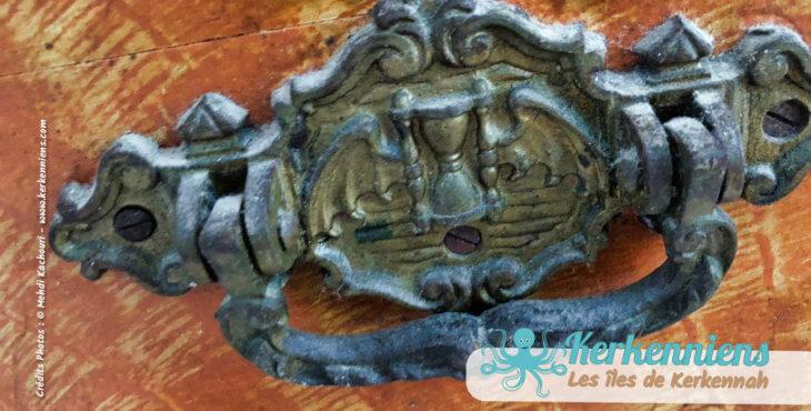 Poignée : la symbolique du sablier ailé, coffre en bois ancien, Sandouk