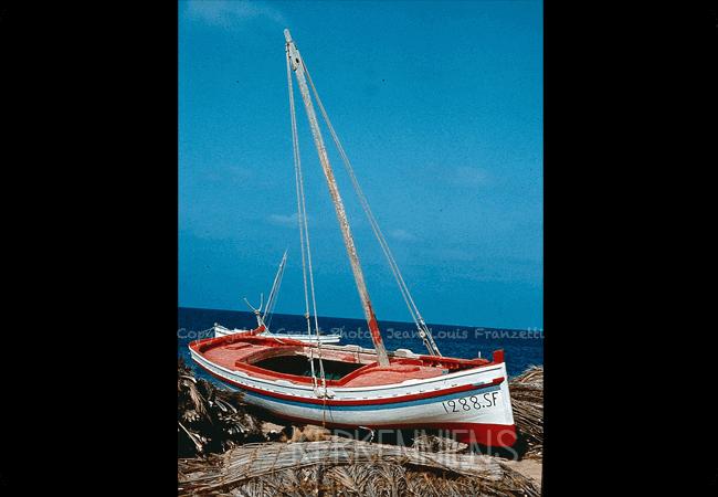 Une barque à voile typique des iles de kerkennah une Flouka kerkenniens le blog