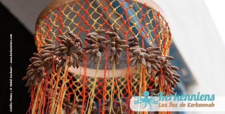Lustre suspension en noyaux de dattes l'atelier d'Ouled Kacem Artisanat Kerkenniens Atelier Kerkenatiss
